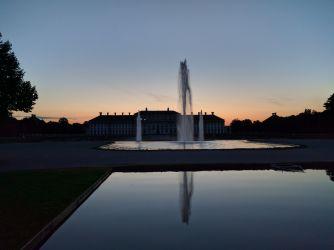 Sonnenuntergang mit Fontänen und Neuem Schloss Schleißheim