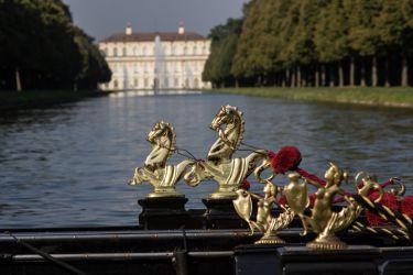 2 Gondeln warten auf Gäste in der Schlossanlage Schleißheim