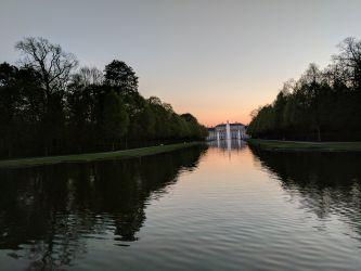 Fontänen vor Neuem Schloss Schleißheim im Sonnenuntergang