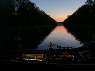 Gondel vor Sonnenuntergang hinter Neuem Schloss Schleißheim