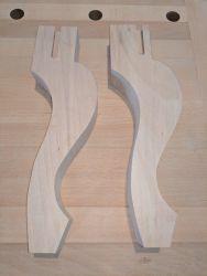Gondelstühle - die vorderen Füße konnten nun in Form gesägt werden